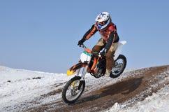 Motocross-Rennläuferflugwesen hinunter den Berg Lizenzfreie Stockbilder