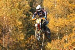 Motocross-Rennläuferspringen Stockbild