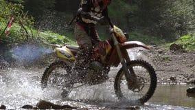 Motocross Rider Crosses il barraggio acquatico Movimento lento stock footage