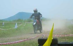 Motocross rowerzysty jeździec za pył chmurą obrazy stock