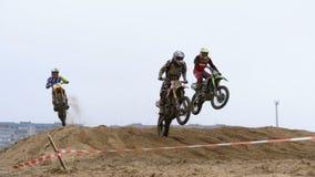 motocross Ruiters het springen Het Off-road rennen op endurofietsen Langzame Motie stock footage