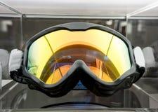 Motocross-Schutzbrillen auf Acrylanzeige am Speicher Lizenzfreie Stockfotos