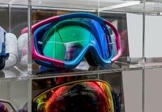 Motocross-Schutzbrillen auf Acrylanzeige am Speicher Stockfotografie
