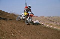 Motocross setkarz na motocyklu zwroty na halnym skłonie Zdjęcia Stock