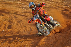Motocross takig Ecken Lizenzfreies Stockfoto
