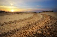 Motocross und Selbstsportbahn mit Sonnenunterganghimmelhintergrund Stockfoto