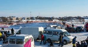 Motocrossar på festivalen övervintrar gyckel i Uglich, 10 02 2018 i Ug Arkivfoto