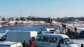 Motocrossar på festivalen övervintrar gyckel i Uglich, 10 02 2018 i Ug Arkivfoton