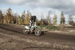 Motocrossbestuurder op rasspoor Royalty-vrije Stock Afbeeldingen