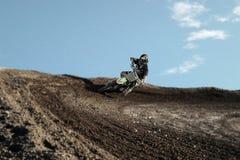 Motocrossbestuurder op rasspoor Royalty-vrije Stock Fotografie