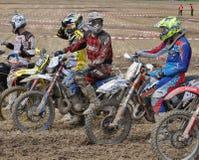 Motocrossbestuurders die op beginsignaal wachten Stock Foto's