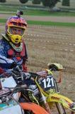 Motocrosschaufför med den monterade hjälmkameran Royaltyfria Bilder
