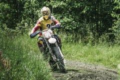 Motocrosschaufför på våt och lerig terräng Royaltyfria Bilder
