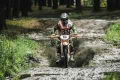Motocrosschaufför under sprejen av gyttja Arkivbild