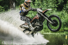 Motocrosschaufför under sprejen av vatten Royaltyfria Foton