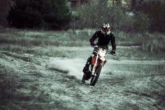 Motocrossdirtbikeryttare på sand Royaltyfri Fotografi