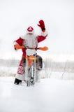 Motocrossen motorcykelchaufför flyger över kullen ut ur snö Fotografering för Bildbyråer