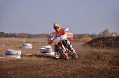 Motocrossen motorcykelchaufför flyger över kullen ut ur snö Royaltyfria Foton