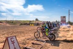 Motocrossers i den startande linjen väntande på lopp som ska startas Royaltyfri Fotografi