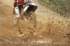 Motocrossfahrrad-Zunahmegeschwindigkeit in der Bahn Lizenzfreies Stockfoto