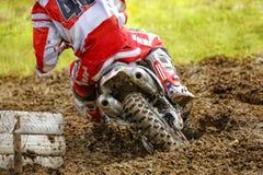 Motocrossfahrradreiter-Rückseitenschlamm lizenzfreie stockfotos