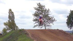 Motocrossmx Ruiter die op vuilspoor berijden stock video
