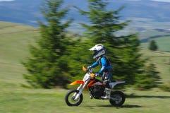 Motocrossraceauto weinig jongen Stock Fotografie