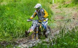 Motocrossracerbil på gyttja royaltyfria bilder