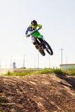 Motocrossreiter in der Aktion, die das Motorrad beschleunigt Lizenzfreie Stockfotografie
