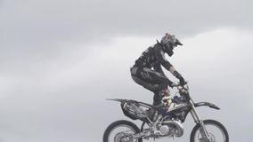 Motocrossreiter in der Luft stock footage