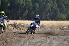 Motocrossreiter im nationalen Rennen Stockbilder