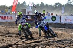 Motocrossreiter im nationalen Rennen Stockfotografie