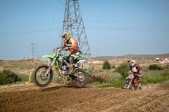 Motocrossreiter im Rennen Lizenzfreies Stockbild