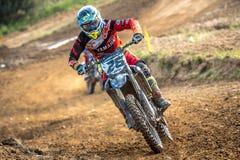 Motocrossreiter im Rennen Lizenzfreies Stockfoto