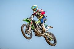 Motocrossreiter im Rennen Stockfotos