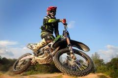 Motocrossreiterfliege hoch Stockfotografie