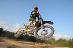 Motocrossreiterfliege hoch Lizenzfreies Stockbild