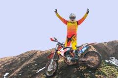 Motocrossrennläufer genießen Sieg stockfoto