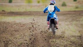 Motocrossrennläuferanfang, der sein Schmutz Kreuz MX-Fahrrad reitet stockbilder