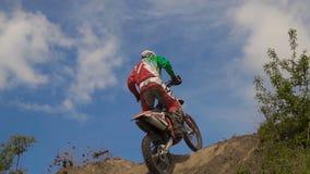 Motocrossrennläuferspringen stock video footage