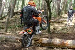 Motocrossruiter bij het Drapak-Rodeoras Stock Foto's