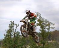 Motocrossruiter in de lucht Stock Foto