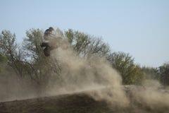 Motocrossruiter die wat luchttijd grijpen stock afbeeldingen