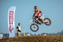 Motocrossruiter in het ras Stock Afbeeldingen