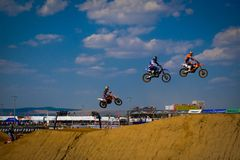 Motocrossryttare hoppar mycket högt till himmel royaltyfri fotografi