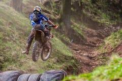 Motocrossryttare på det Drapak rodeoloppet Royaltyfria Bilder