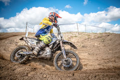 Motocrossryttare på loppet Royaltyfria Bilder