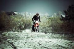 Motocrosssmutscykel på sand Royaltyfria Bilder