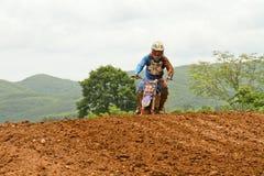 Motocrosssport. Motocrosscykel i ett lopp. Royaltyfri Fotografi