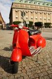 Motocycle auf der Straße im Stockholm-alten Schleppseil lizenzfreie stockfotos